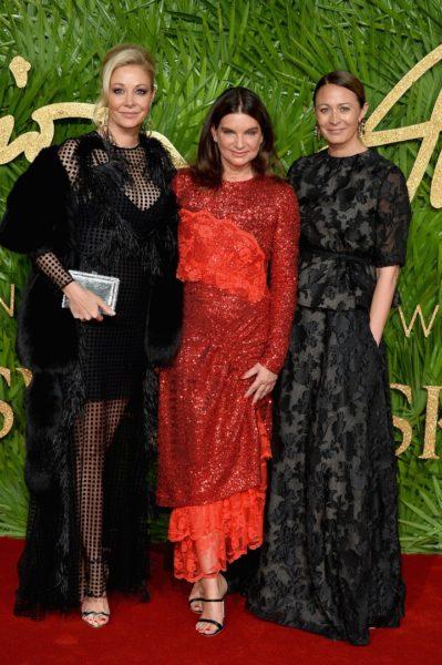 Nadja Swarovski, Natalie Massenet, Vorsitzende des British Fashion Council, und Caroline Rush, BFC, bei der Vergabe der Fashion Awards 2017 in der Royal Albert Hall in London (Photo by Jeff Spicer/BFC/Getty Images)