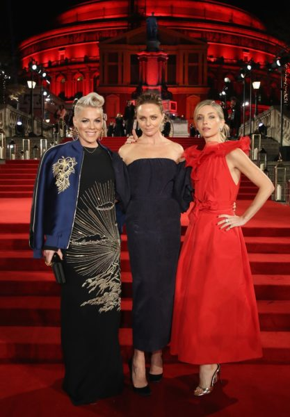 Pink, Stella McCartney and Annabelle Wallis besuchten die Verleihung der Fashion Awards 2017 in Partnerschaft mit Swarovski in der Royal Albert Hall in London (Photo by Mike Marsland/BFC/Getty Images)