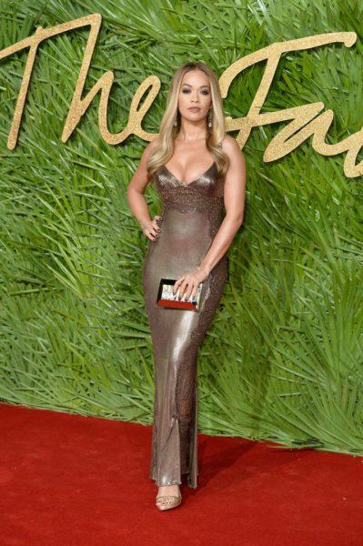 Die Sängerin Rita Ora in einem Versace Dress mit Swarovski Crystals war auch in London bei den Fashion Awards 2017 (Photo by Jeff Spicer/BFC/Getty Images)