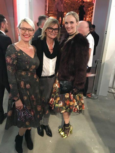'Mädls-Treffen' bei der Show der österreichischen Designerin Lena Hoschek in Berlin: Roselinde Friedrich, Journalistin und Bloggerin Hedi Grager und Model Patricia Kaiser (Foto privat)