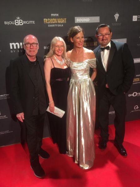 """Roselinde Friedrich (li) ist beeindruckt vom Einsatz von Designerin Eva Lutz (re) und Hanns Arnold, (minx by Eva Lutz) (li), die 2017 zum wiederholten Male die Charity-Gala """"Minx Fashion Night"""" ins Leben gerufen haben. Rechts außen ihr Lebenspartner Walter (Foto privat)"""