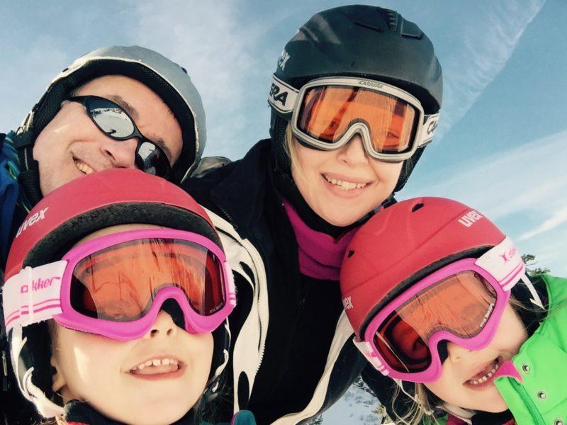 Journalistin und Chefredakteurin der WIENERIN Barbara Haas beim Skifahren mit ihrer Familie (Foto privat)