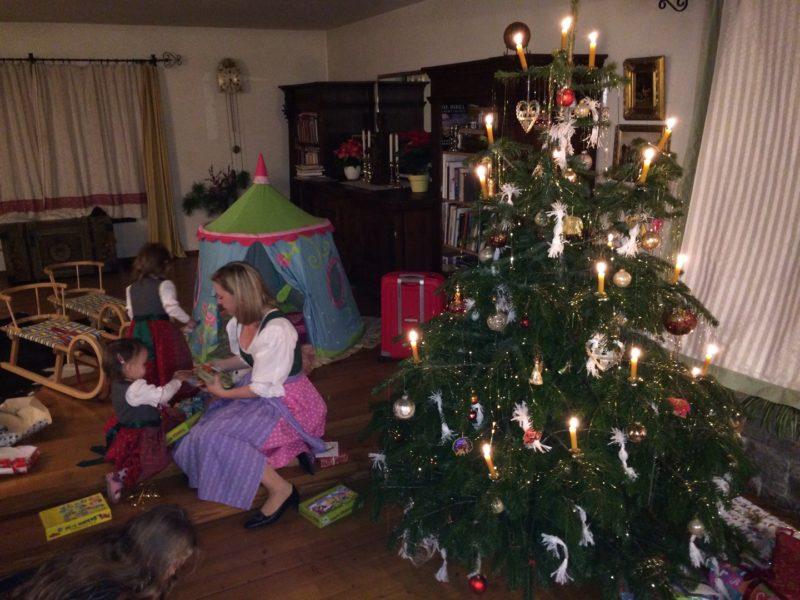 """Weihnachten wird traditionell gefeiert - am Nachmittag geht Barbara Haas mit ihrer Familie in eine Kindermette """"und sobald es finster genug ist, gibt es die Bescherung"""". (Foto privat)"""