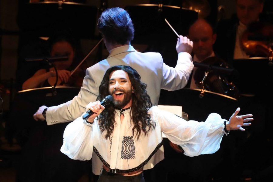 """Conchita sang vor 2200 Besucher am Opernball in Hannover. Das Motto: """"Hallo, Wien!"""" (Foto Rainer Droese)"""