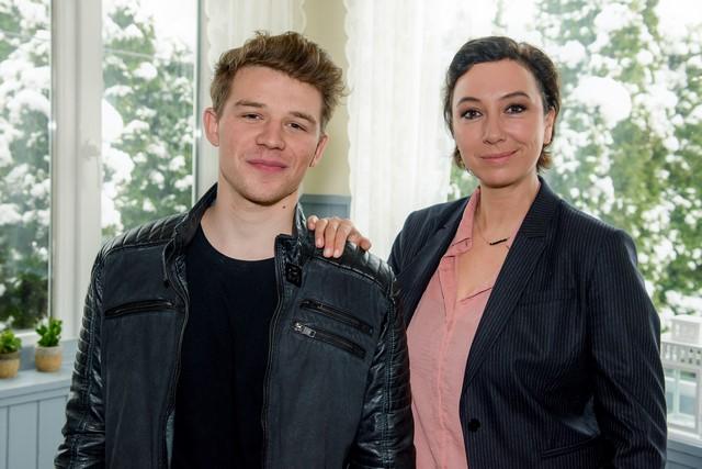 Ursula Strauss mit ihrem Film-Sohn Simon Morzé, der am Ende der fünften Staffel einen Mord begangen hat. (Foto: ORF/Hubert Mican)