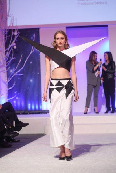 """Ungewöhnliche Modekreationen zeigte die Modeschule Hallein aus der Kollektion """"Black & White"""" bei der Brandboxx Salzburg Fashion Night (Foto Franz Neumayr)"""