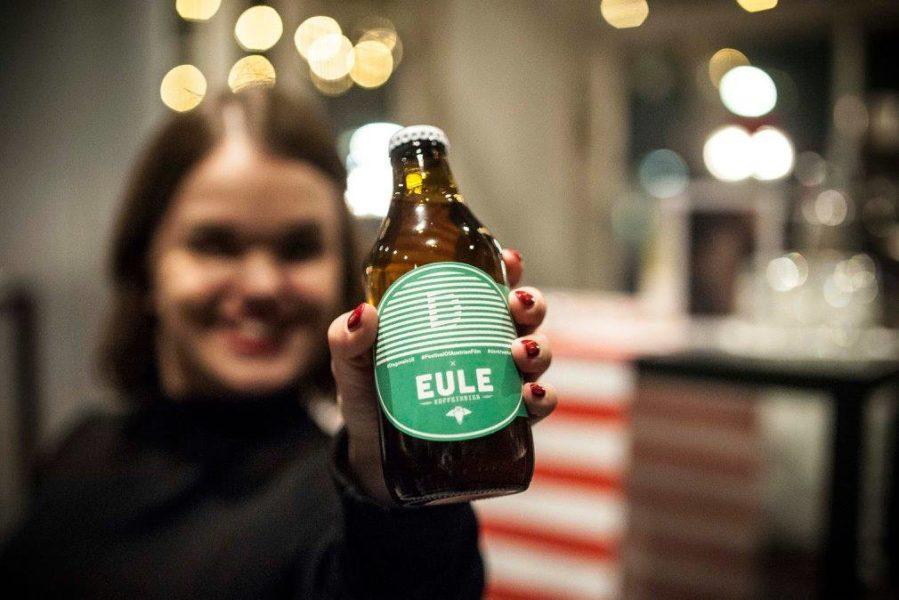 Diagonale 2018. Kathi Auferbauer mit dem EULE Koffeinbier (Foto Miriam Raneburger)