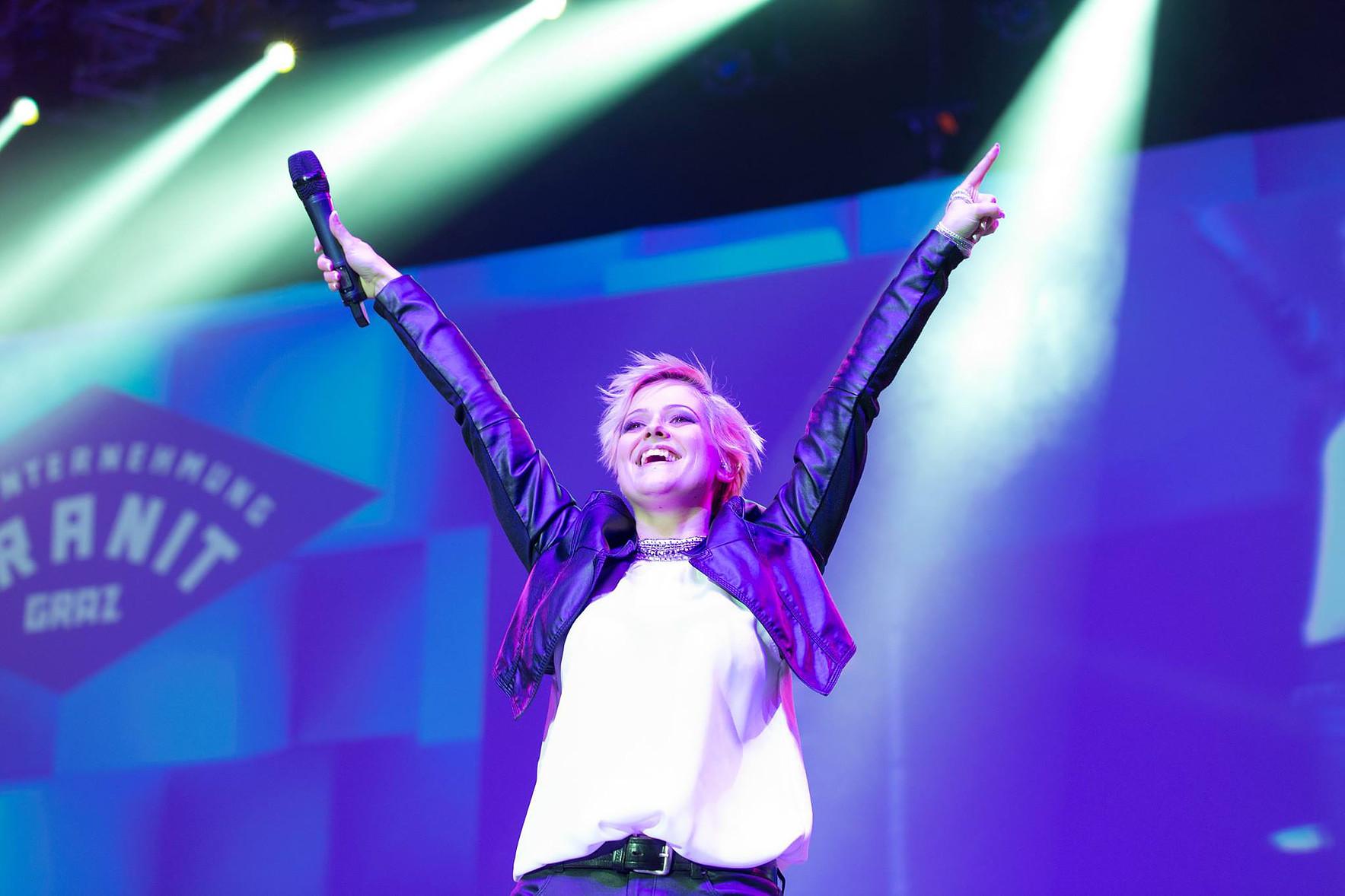 Die erfolgreiche steirische Sängerin Jeannine Rossi bei einem Auftritt in der Grazer Stadthalle (Foto Jeannine Rossi)
