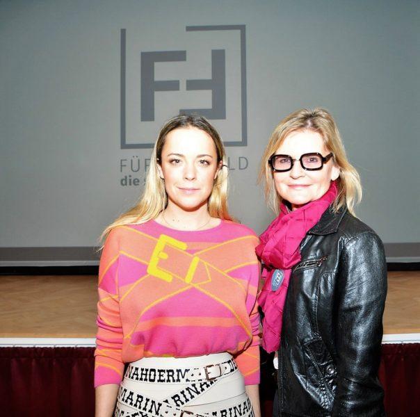 """Marina Hoermanseder kam zur 'Fashion Week' im Zuge des Leadership-Projektes """"Stadt-Land"""" nach Fürstenfeld. Hier mit Journalistin und Bloggerin Hedi Grager (Foto Reinhard Sudy)"""