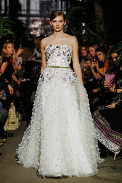 Ein über und über mit Blüten besticktes Hochzeitskleid aus dem Couture Atelier unter der Leitung von Thomas Kirchgrabner untermalten das internationale Standing des erfolgreichen Labels Lena Hoschek (Foto Getty Images)