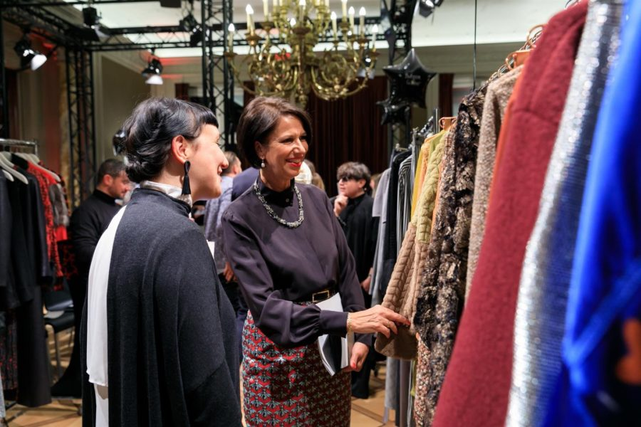 Christine Schraner Burgener, Schweizerische Botschafterin in der Bundesrepublik Deutschland, sieht sich die Mode der Aussteller während der Swiss Fashion Night an (Foto Anna Wasilewski))
