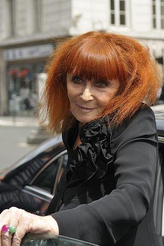 Die französische Modeschöpferin Sonia Rykiel, deren persönliches Markenzeichen ihre aufgebürsteten roten Haare waren, war auch als Schriftstellerin tätig, richtete Hotels ein und sang. Sogar eine Rose (Rosa generosa Sonia Rykiel) ist nach ihr benannt. (Foto nicogenin - Flickr, CC BY-SA 2.0)