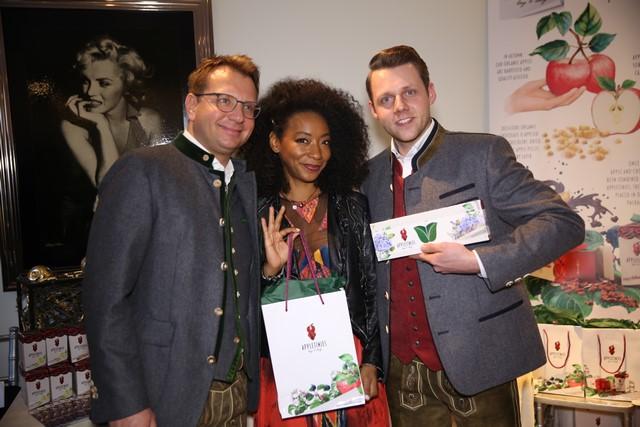 Lukas Wilfing präsentiert der Schauspielerin Betty Gabriel die steirischen APPLETINIES (Foto privat)
