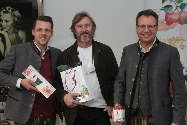 Lukas Wilfing mit Schauspieler Jake Weber - und den APPLETINIES (Foto privat)