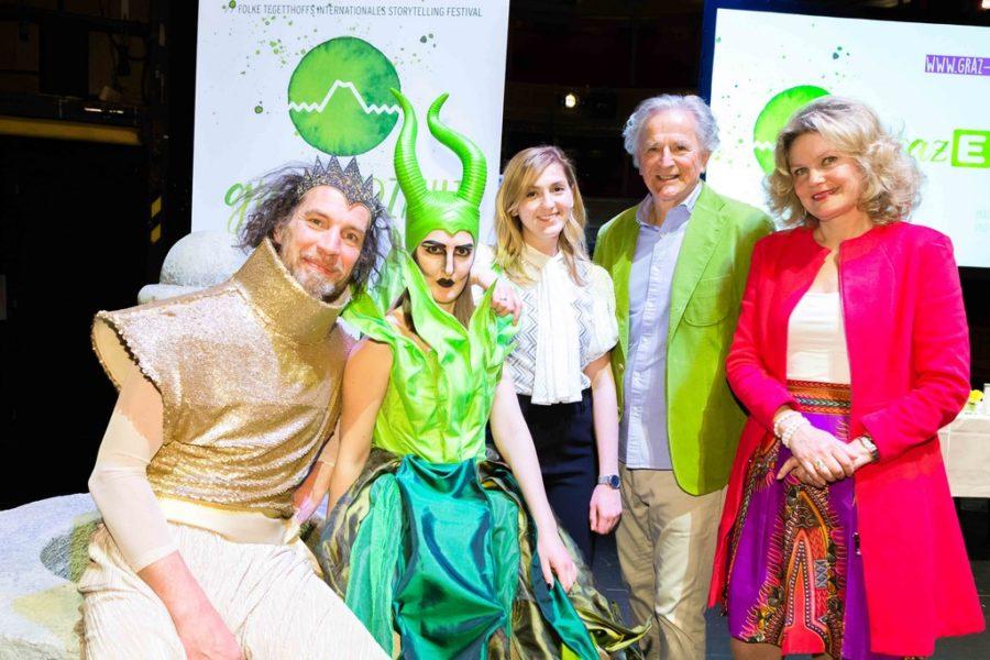 """Zwei der acht """"Erzählenden Kostüme"""" – ein Projekt in Zusammenarbeit mit der Modeschule Graz (Foto Storytelling Festival)"""