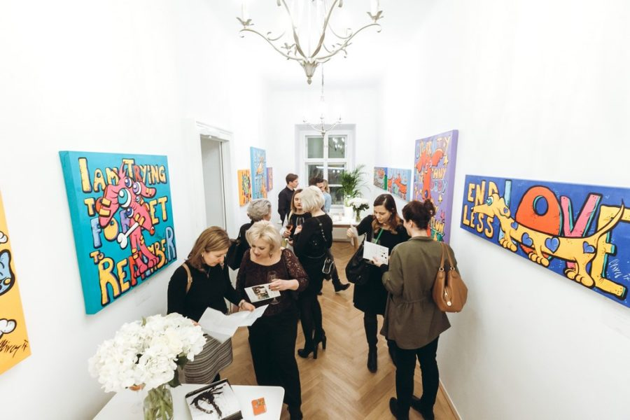 Auch in den neuen Räumlichkeiten der Agentur SPREAD präsentierte Künstler Oliver von Feistmantl seine neuen Pop-Art-Werke (Foto Philipp Lipiarski)