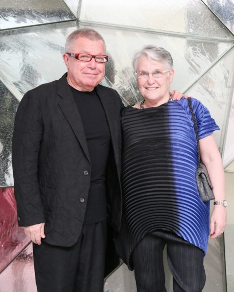 Daniel Libeskind, hier mit Nina Libeskind, hat bereits mit Swarovski zusammengearbeitet und ist bekannt für seine Designs kultureller Orte und Wahrzeichen, wie z.B. das jüdische Museum in Berlin, das Denver Art Museum sowie sein Gesamtkonzept für die Rekonstruktion des World Trade Centers in New York. 2016 kreierte er ein Schachbrett aus Kristall und Marmor für Atelier Swarovski, dessen Figuren von seinen hochmodernen architektonischen Designs inspiriert sind (Foto Angela Pham/BFA.com)