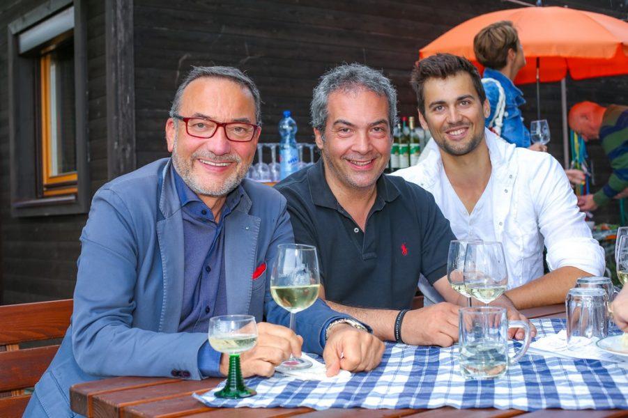 Netzwerker Heinz Stiastny, Haubenkoch Robert Letz und Beachvolleyballer Christoph Dressler genießen die guten Tropfen (Foto Moni Fellner)