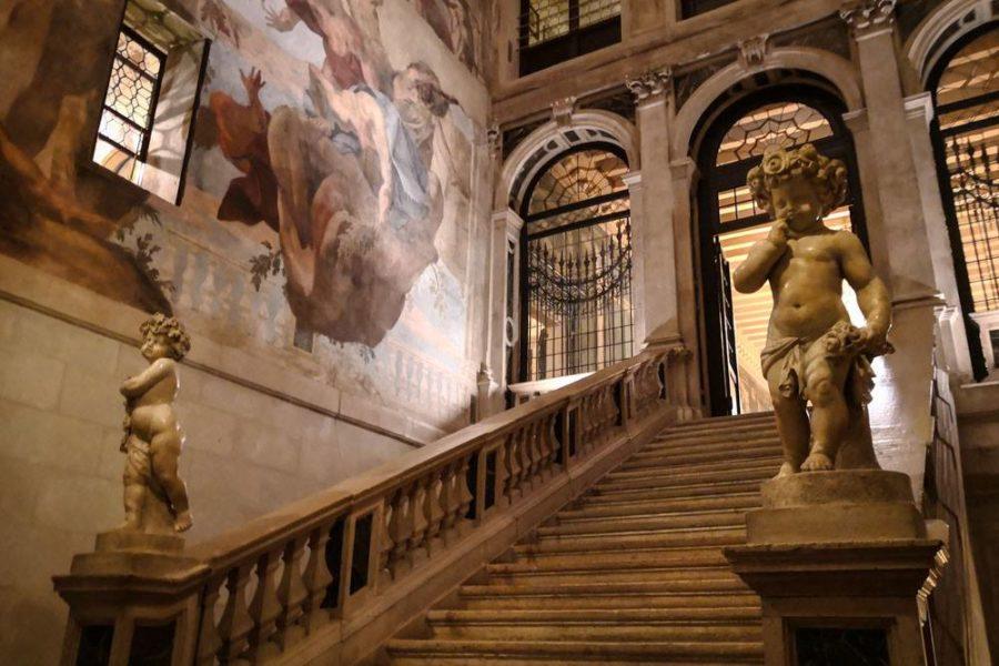 Das Ca Sagredo Hotel Venedig, ein beeindruckender und sorgfältig renovierter Palast am Canal Grande aus dem 15. Jahrhundert, ist bekannt für seine Kunstwerke aus dem 17. und 18. Jahrhundert (Foto Mateo Moem)