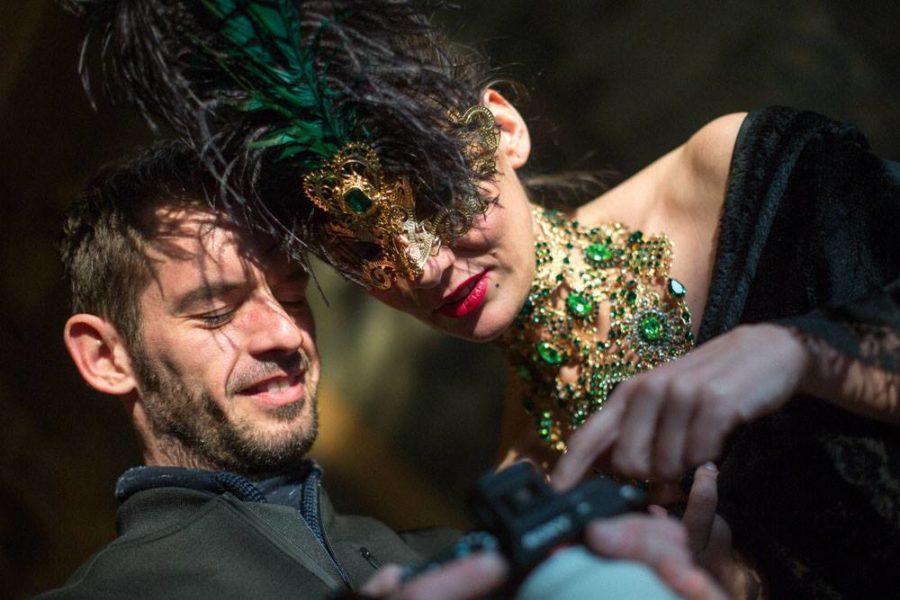 Fotograf Mathias Kniepeiss und Mosel Margo Kent betrachten die tollen Fotoergebnisse (Foto Mateo Moem)