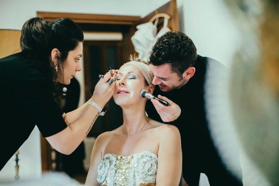 Top-Fotograf Mathias Kniepeiss geht Make up Artist Margo Kent beim Schminken von Bettina Dreißger zur Hand (Foto Susanne Hassler)