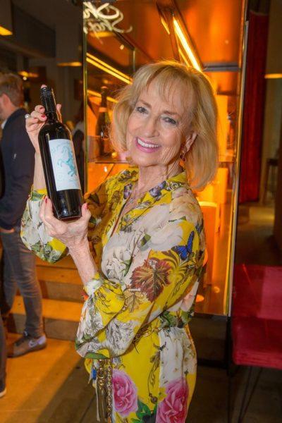 Dagmar Koller mit 'ihrer' Weinflasche für den Life Ball (Foto Andreas Tischler)