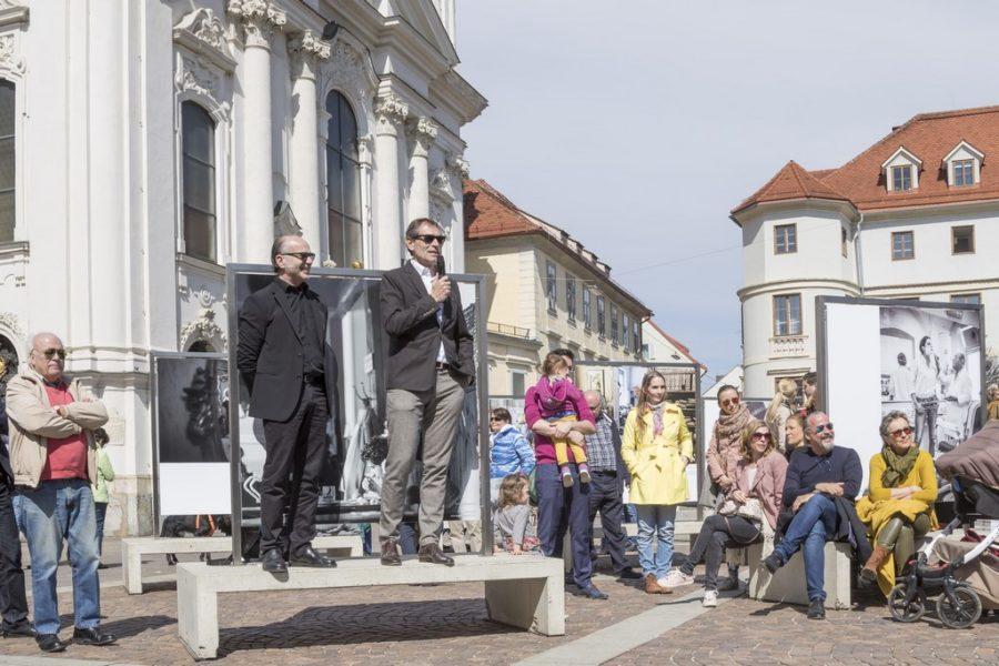 """Starfotograf Christian Jungwirth bei der Eröffnung der Gemeinschaftsausstellung """"Menschenbilder 2018"""" in Graz (Foto Fischer)"""