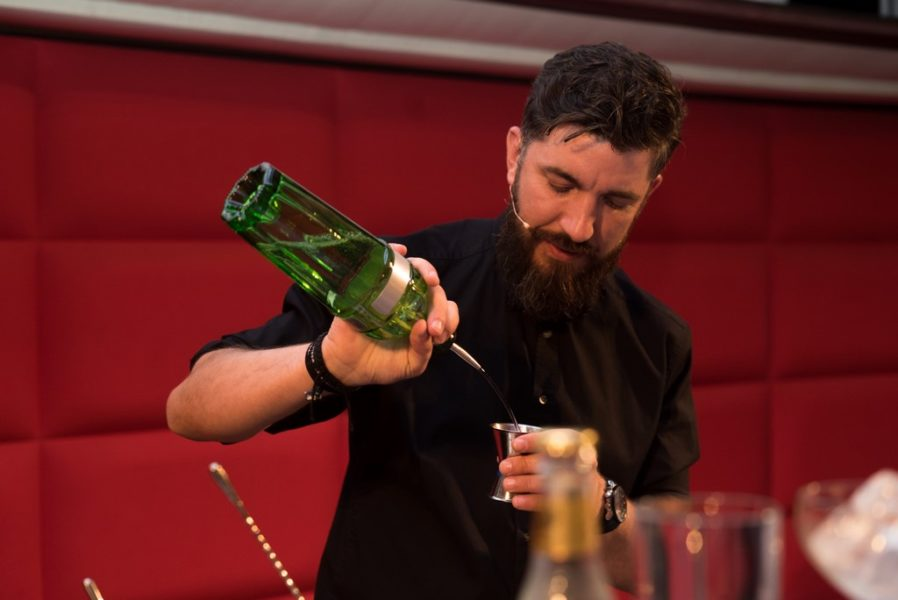 """DamirBušić darf sich als Sieger ein Jahr lang WORLD CLASS Bartender of the Year 2018 nennen und durch Österreich als Botschafter der gehobenen Barkultur touren. Außerdem sicherte er sich mit dem Titel einen Platz beim """"WORLD CLASS Global Final"""" 2018 in Berlin (Foto medianomia)"""