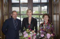 Lifeball-Organisator Gery Keszler, Schauspielerin Charlize Theron und Helene van Damm, Trustee der Swarovski Foundation, die den Award überreichte (Foto Swarovski)