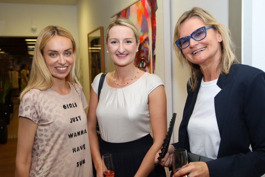 Auch Liliana Klein, flashed events, trägt gerne Teile der neuen Kollektion Capetown von Uschi Fellner for Jones, hier mit Sabrina Rachor, Canon, und Journalistin und Bloggerin Hedi Grager (Foto Ludwig Schedl/look!)
