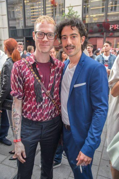 Durch den Abend führte der österreichische Schauspieler Stefano Bernardin, hier mit Designer Thomas Kirchgrabner (Foto Andreas Tischler)