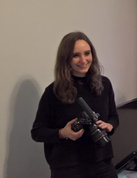 """Die Filmerin Lauren Klocker freut sich schon darauf, im Oktober mit der Künstlerin Roberta Lima nach Japan zu fliegen. """"Ich mache für sie schon einige Zeit die Kameraarbeit und fliege mir ihr nach Japan, um dort ihre Performances bei der """"Kyoto Experiment"""" zu dokumentieren."""" (Foto Hedi Grager)"""