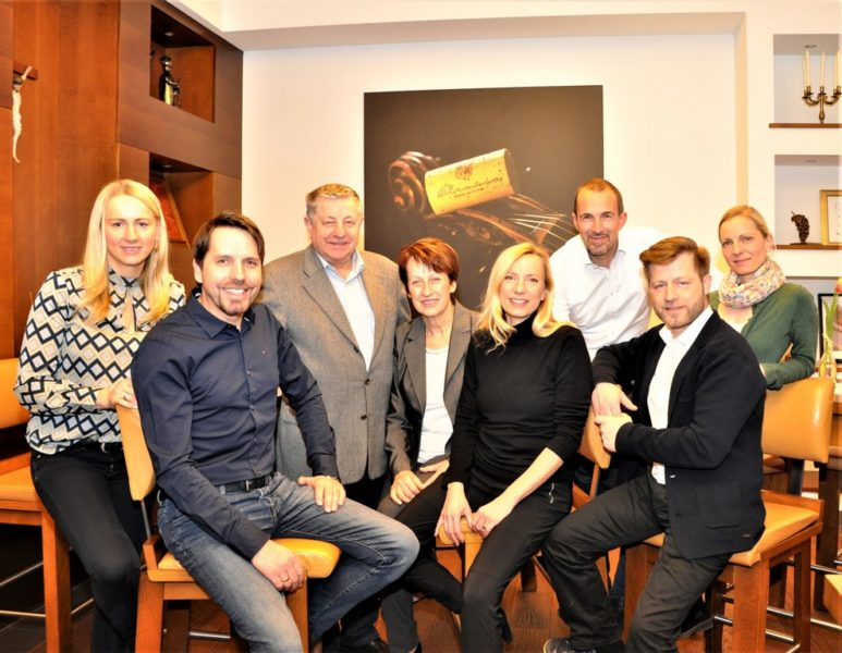 Die Familie: Sabine und Karl Strauß, Karl und Juliane Strauß sen., Juliane Strauß-Bogner mit Ehemann Erik Bogner und Gustav Strauß mit Gattin Bettina (Foto Reinhard Sudy)