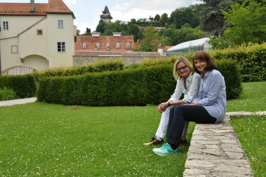 Huberta Gabalier liebt die Natur und wir genießen die Zeit im wundervollen Grazer Burggarten mit Blick auf den Schlossberg (Foto Reinhard Sudy)