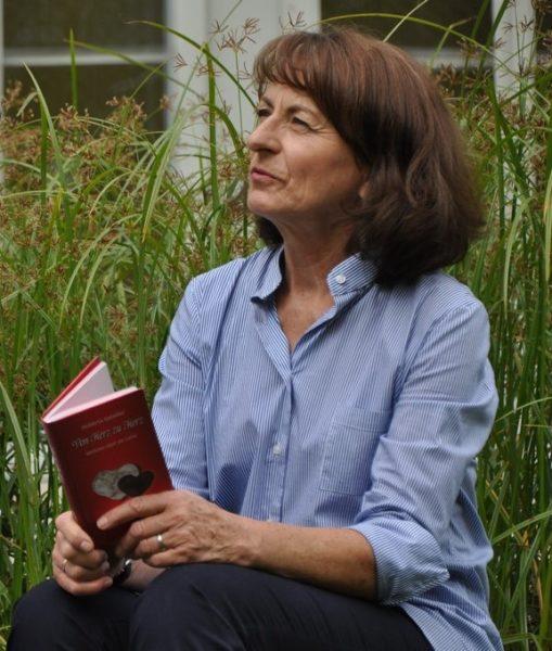 """Huberta Gabalier mit ihrem neuen Buch """"Von Herz zu Herz"""" (Foto Reinhard Sudy)"""