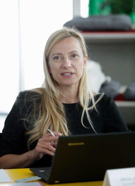 """Das Motto von Ministerin Juliane Bogner-Strauß ist: """"Zusammen setzen und drüber reden, mit allen."""" Hier beim Vernetzungstreffen der Technologiebranche (Foto Regina Aigner/Quelle BKA)"""