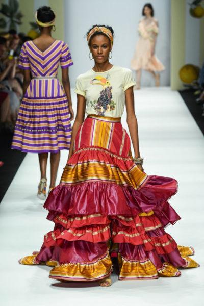 Fröhliche Farben präsentierte Designerin Lena Hoschek auf ihrer Show während der Berlin Fashion Week (Foto by Stefan Knauer/Getty Images for Lena Hoschek)
