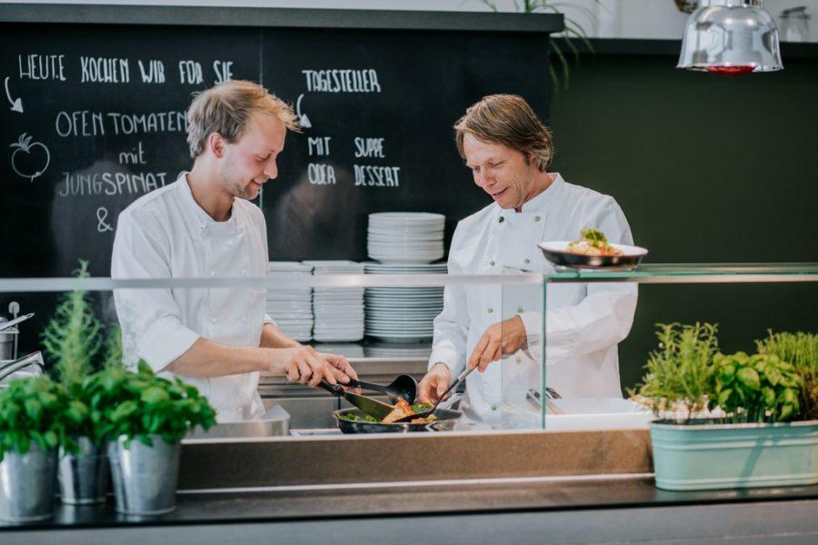 Das neue Küchenteam besteht aus dem langjährigen Küchenchef Herbert Fritsch (re) und dem jungen Querdenker Paul Lietz. (Foto LUPI SPUMA)