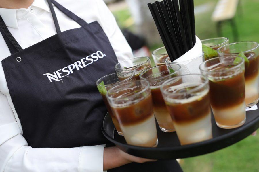 """Inmitten der Szenerie des herrschaftlichen Gartens des Kronprinzenpalais lud die exklusive Nespresso Iced Coffee-Lounge zu erfrischenden """"On Ice""""-Kaffees ein, die speziell von Nespresso kreiert wurden (Foto Getty Images für Der Berliner Salon)"""