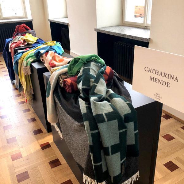 Catharina Mendes Produkte werden zu ständigen Begleitern.Hier präsentiert sie ihre hochwertigen Decken im Juli im 'Berliner Salon' im Kronprinzenpalais (Foto Catharina Mende)
