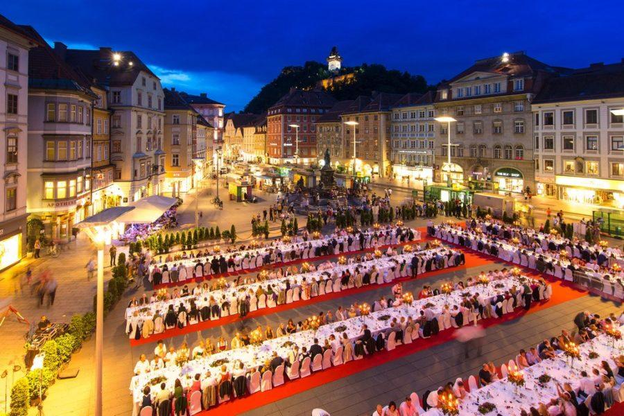 Bereits zum neunten Mal wird die LANGE TAFEL mitten in der Grazer Altstadt, vom Hauptplatz bis Mitte Schmiedgasse, festlich gedeckt. (Foto Graz Tourismus - Harry Schiffer)