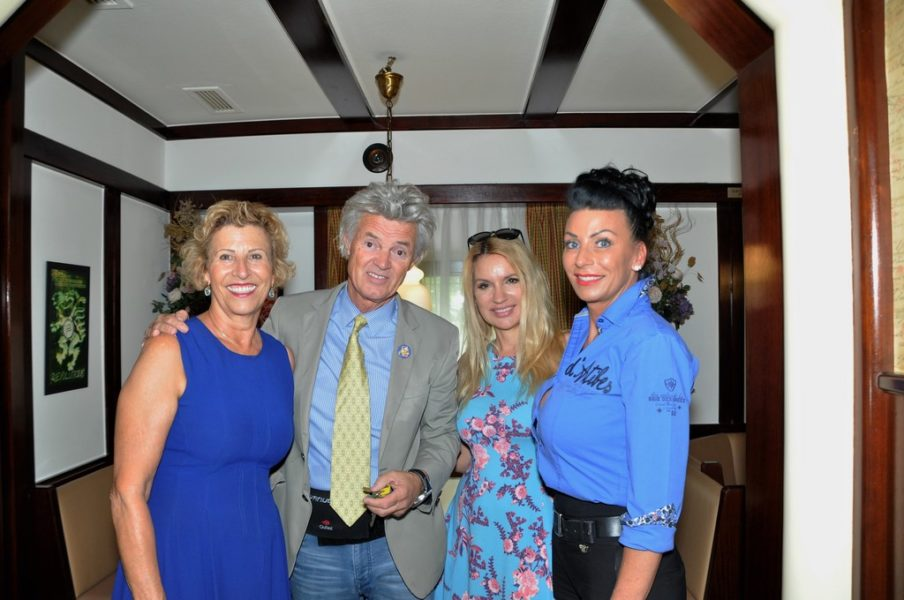Swens Eltern Maria und Charly Temmel, seine Freundin Meadow Williams und Petra Temmel, die gemeinsam mit Charlys Cousin Manfred das Hauptgeschäft in Graz-Puntigam führt (Foto Reinhard Sudy)