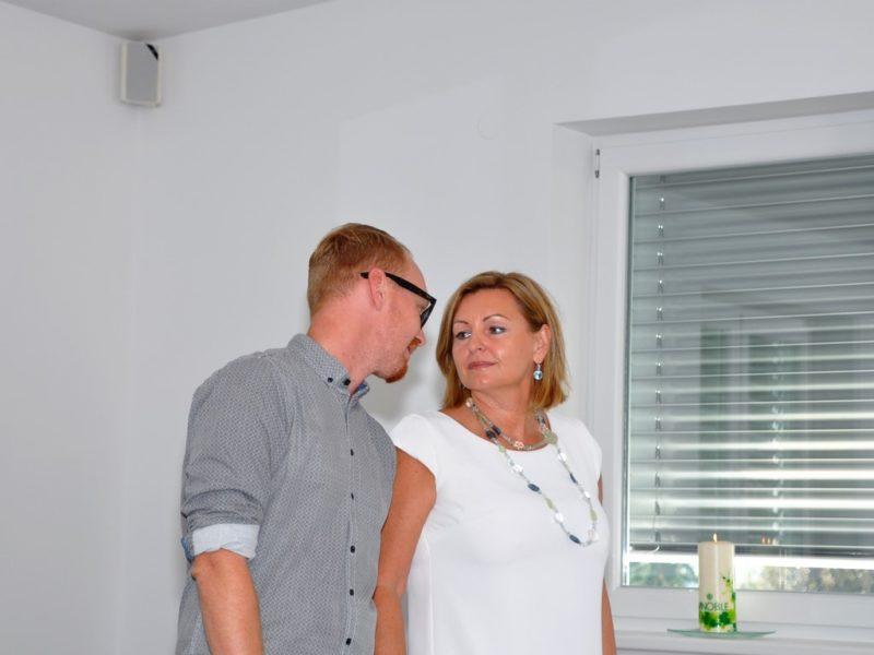 Alle Behandlungen werden auch im Vinoble Day Spa in Kaindorf bei Leibnitz angeboten und von Sohn Peter und dessen Partnerin Sabrina mit ihrem kompetenten Team umgesetzt. Im Bild Luise Köfer mit ihrem Sohn Peter (Foto Reinhard A. Sudy)