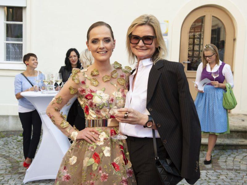 Eva Poleschinski gab vor vier Jahren ihrem Mann Oliver auch in der Steiermark das Ja-Wort. Hier mit Journalistin und Bloggerin Hedi Grager (Foto Rene Strasser)