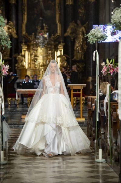 Eva Poleschinski zeigte nicht nur weiße Brautkleider, sie präsentierte sie auch in schönen kräftigen Farben wie Gold, Smaragdgrün und Rubinrot (Foto Rene Strasser)
