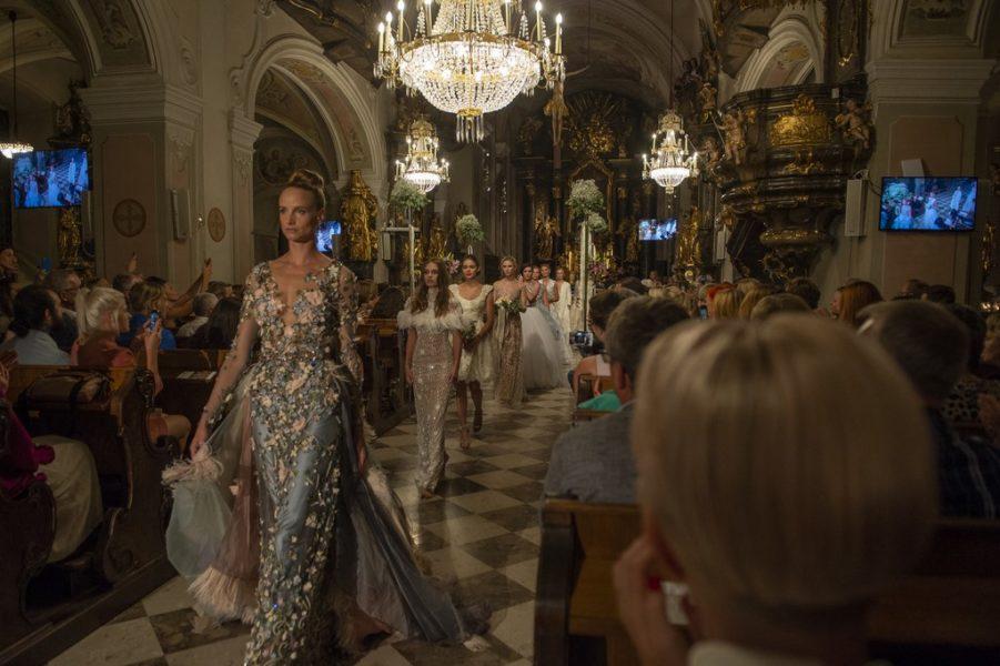 """""""Es gibt wohl keinen stilvolleren Rahmen für Brautkleider als eine Kirche,"""" ist sich Eva Poleschinski sicher (Foto Rene Strasser)"""