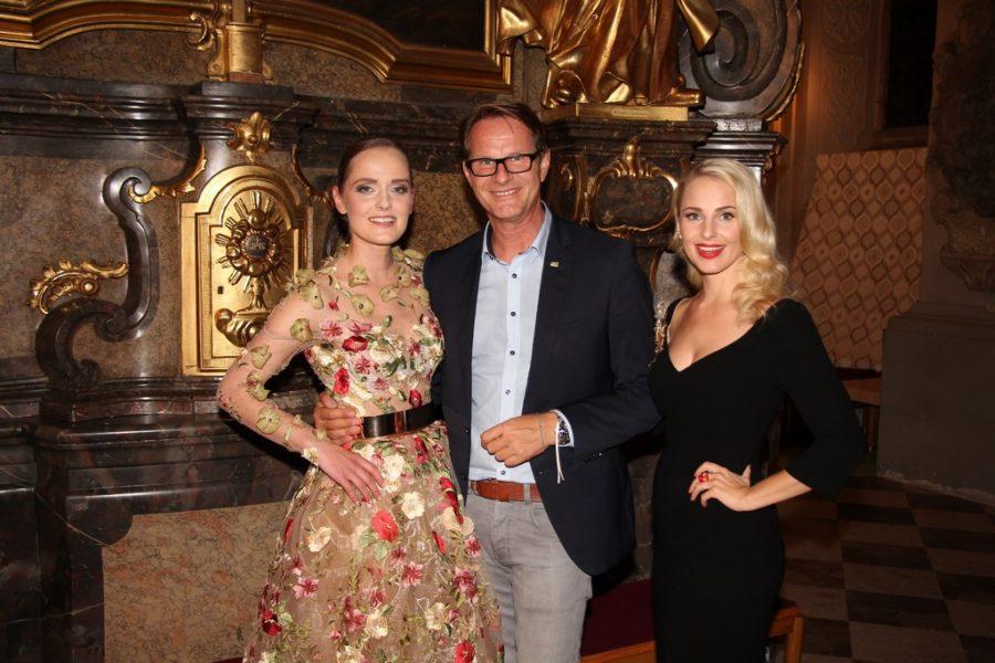 Designerin Eva Poleschinski mit dem Hartberger Bürgermeister Ing. Marcus Martschitsch und Moderatorin Silvia Schneider (Foto Tourismusverband Hartbergerland)