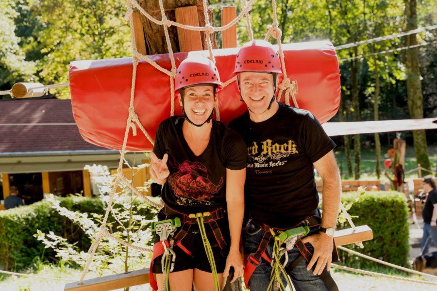 Auch die Schauspielerin Adriana Zartl und Rock´n´Roller Andy Lee Lang hatten viel Spaß bei den Herausforderungen im Kletterpark Purkersdorf (Foto Andreas Hochgerner)