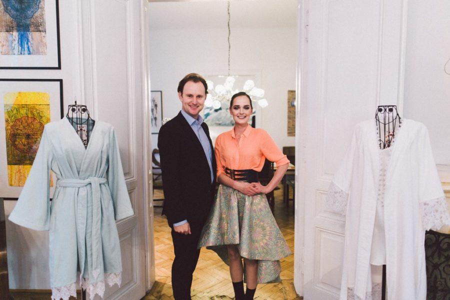 Das Traditionsunternehmen VOSSEN und die erfolgreiche steirische Designerin Eva Poleschinski kreierten gemeinsam elegante Bademäntel für Braut, den Bräutigam und auch die Brautjungfer. Die Designerin am Foto mit dem Geschäftsführer von VOSSEN Paul Mohr (Foto A Twist Of Lemon)