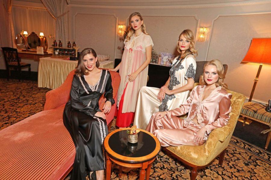 """Silvia Schneider präsentierte im Wiener Hotel BRISTOL ihre """"Dressed to chill - Dressing Gowns by Silvia Schneider"""" (Foto Philipp Enders)"""